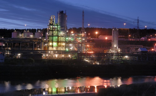 The 420,000 tonne/year linear alpha olefins unit should come on line in late 2018 south of Houston. INEOS Oligomers has not announced where its polyalphaolefins plant will be built. Above, INEOS Chemical Complex glows at night near the Manchester Ship Canal in the UK. (Photofusion/REX/Shutterstock)